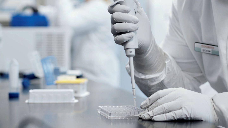 Un empleado de Moderna investiga en la vacuna de ARN.