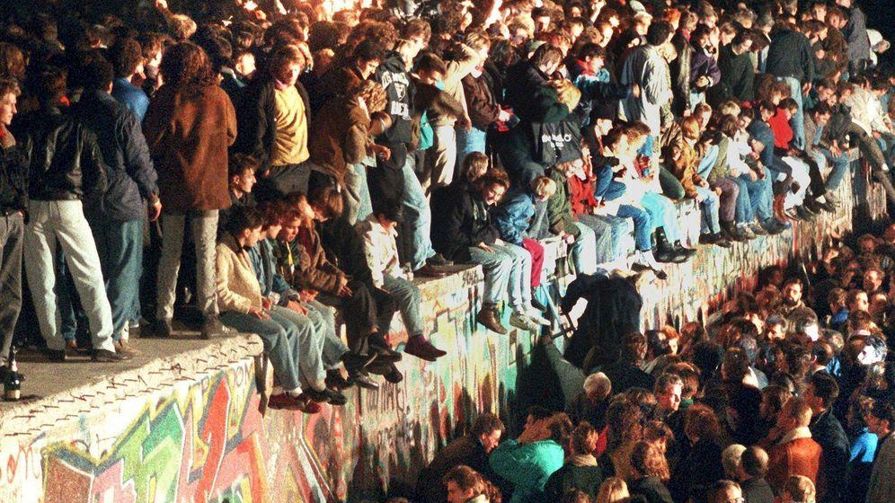 Foto: La multitud toma el muro de Berlín en noviembre de 1989. (EFE)