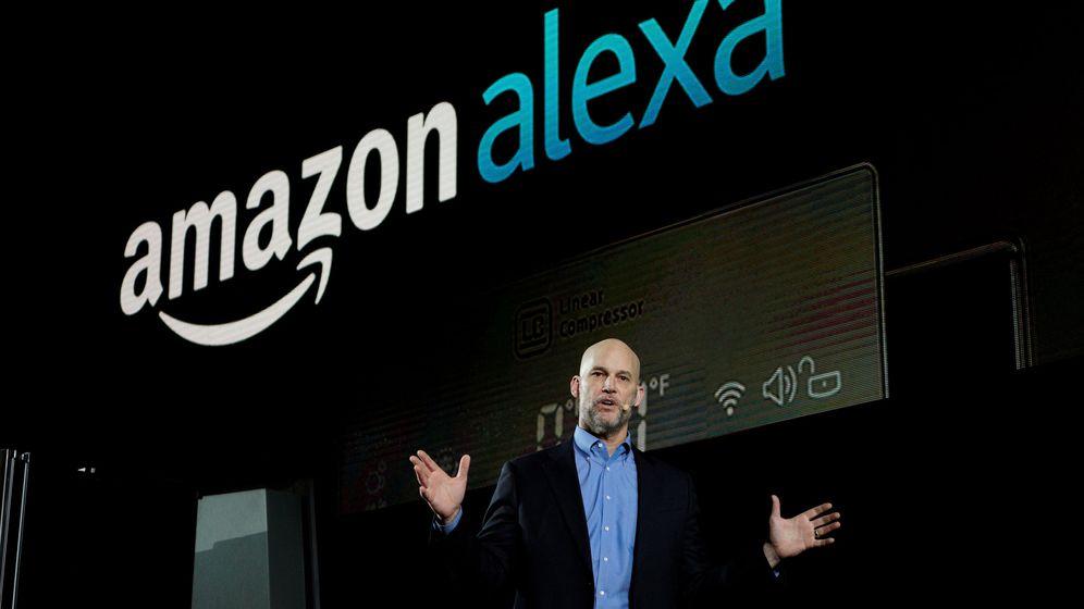 Foto: Mike George, vicepresidente de Alexa, Echo y la tienda de aplicaciones de Amazon, durante el CES de Las Vegas. (Reuters)