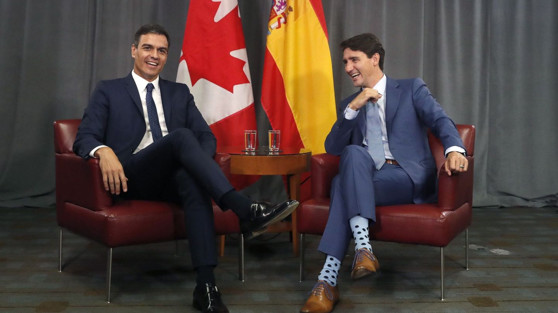 Pedro Sánchez conversa con el primer ministro canadiense, Justin Trudeau. (EFE)