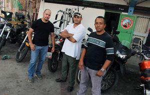 Un paseo en moto por Caracas con el brazo armado del chavismo