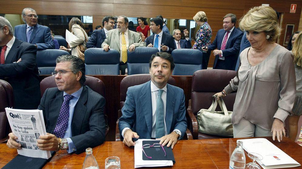 Foto: La expresidenta de la Comunidad de Madrid Esperanza Aguirre (d), el exvicepresidente Ignacio González (c) y el exconsejero de Presidencia Francisco Granados. (EFE)