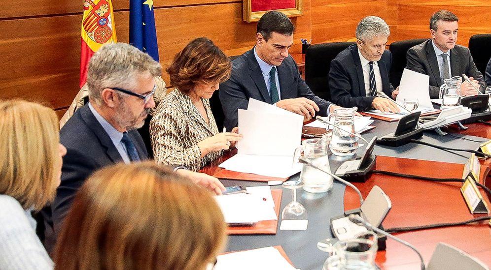 Foto: El jefe del Ejecutivo en funciones, Pedro Sánchez, c-iz, preside este sábado en la Moncloa una reunión del Comité de Coordinación sobre la situación en Cataluña. (EFE)