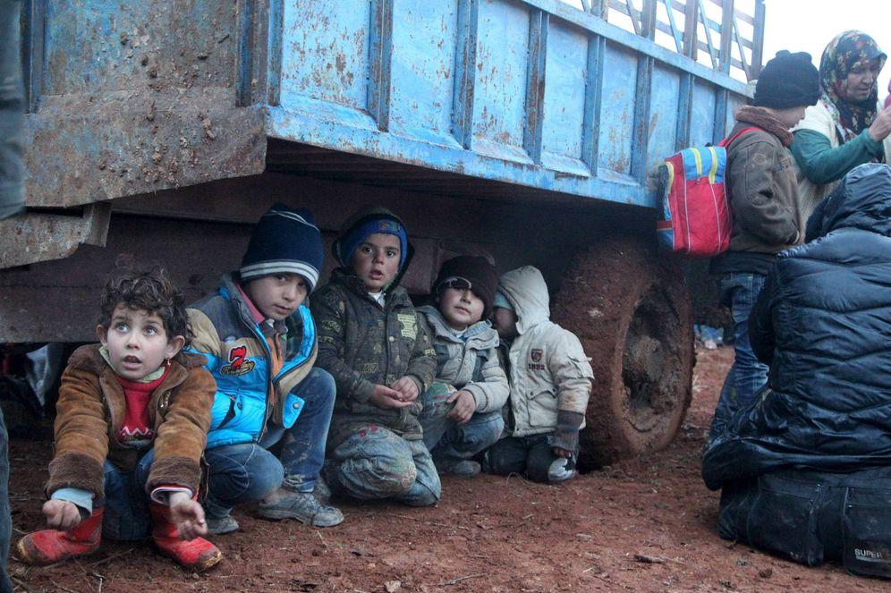 Foto: Niños sirios desplazados por la violencia del Estado Islámico esperan para cruzar a Turquía en el pueblo de Akda, en enero de 2016 (Reuters).