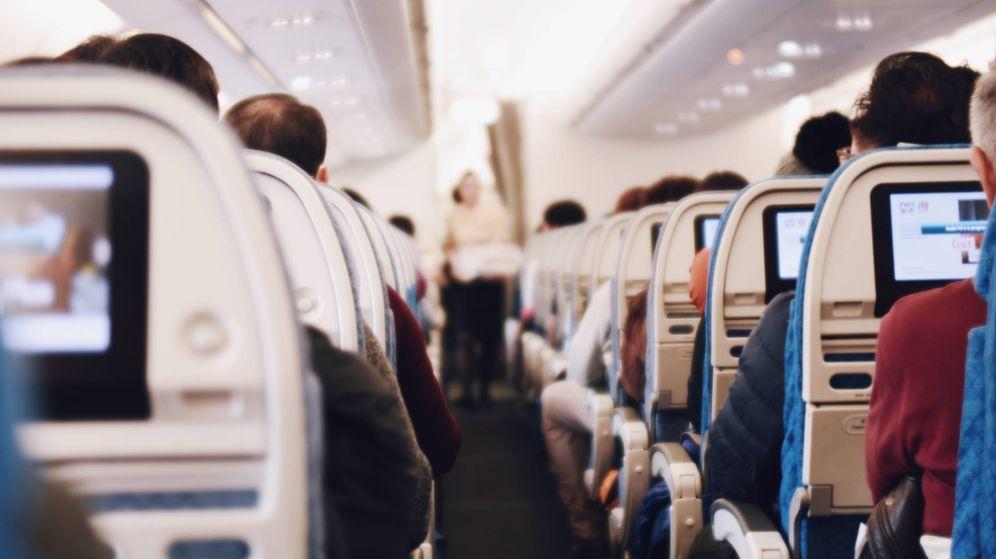 Foto: Pasajeros en un avión. (Unsplash)