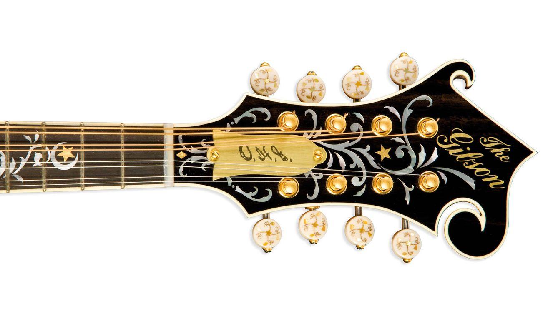 Foto: El lutier Orville Gibson comenzó su carrera revolucionando el mundo de la mandolina, de la que podemos admirar un clavijero en la página anterior.