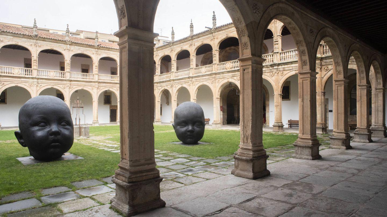 'Carmen dormida' y 'Carmen despierta', las dos esculturas de Antonio López que se exhiben en el Colegio Arzobispo Fonseca. (P. Parajuá)