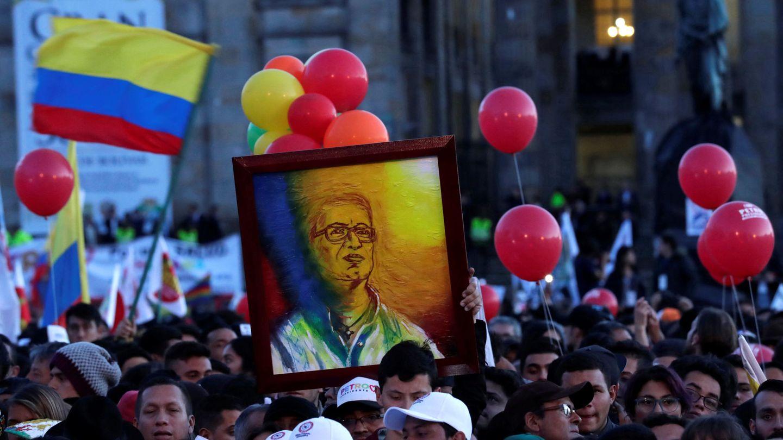 Partidarios de Petro durante un mítin en la Plaza Bolivar en La Candelaria, Bogotá, el 17 de mayo de 2018. (Reuters)