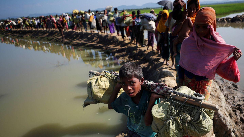 Refugiados rohingyas se dirigen a un campamento de refugiados tras cruzar la frontera entre Bangladesh y Myanmar en Palong Khali. (Reuters)