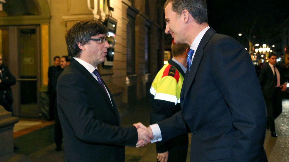 Foto: El rey Felipe VI y el presidente de la Generalitat, Carles Puigdemont, se saludan antes de la cena de bienvenida a los asistentes al Mobile World Congress en Barcelona. (EFE)