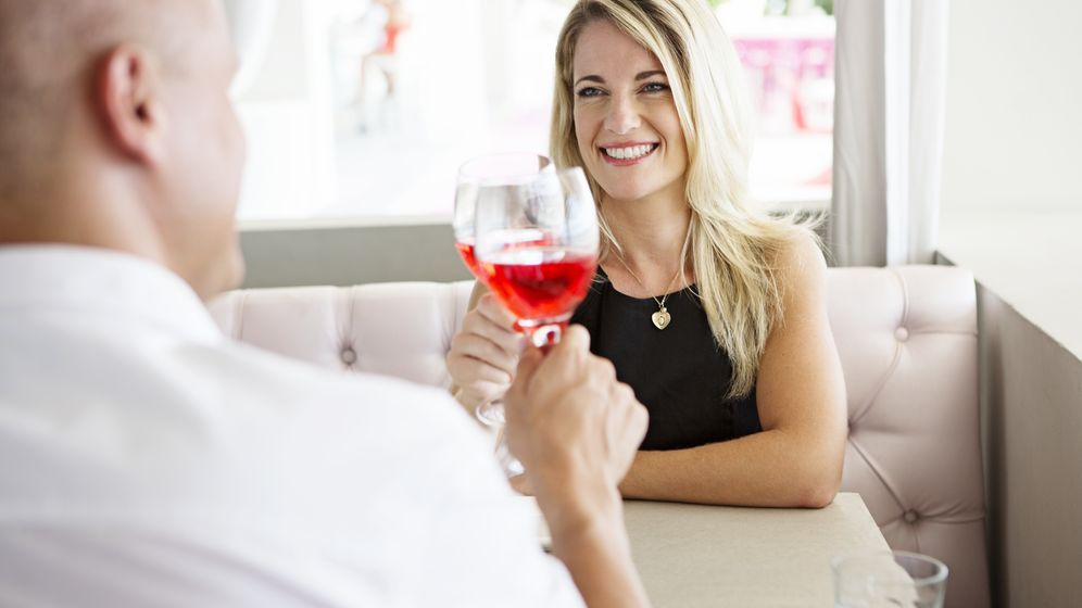 Foto: Venga, daos prisa con el vino, que tenéis que dejarme libre la mesa. Felix Wirth/ Corbis