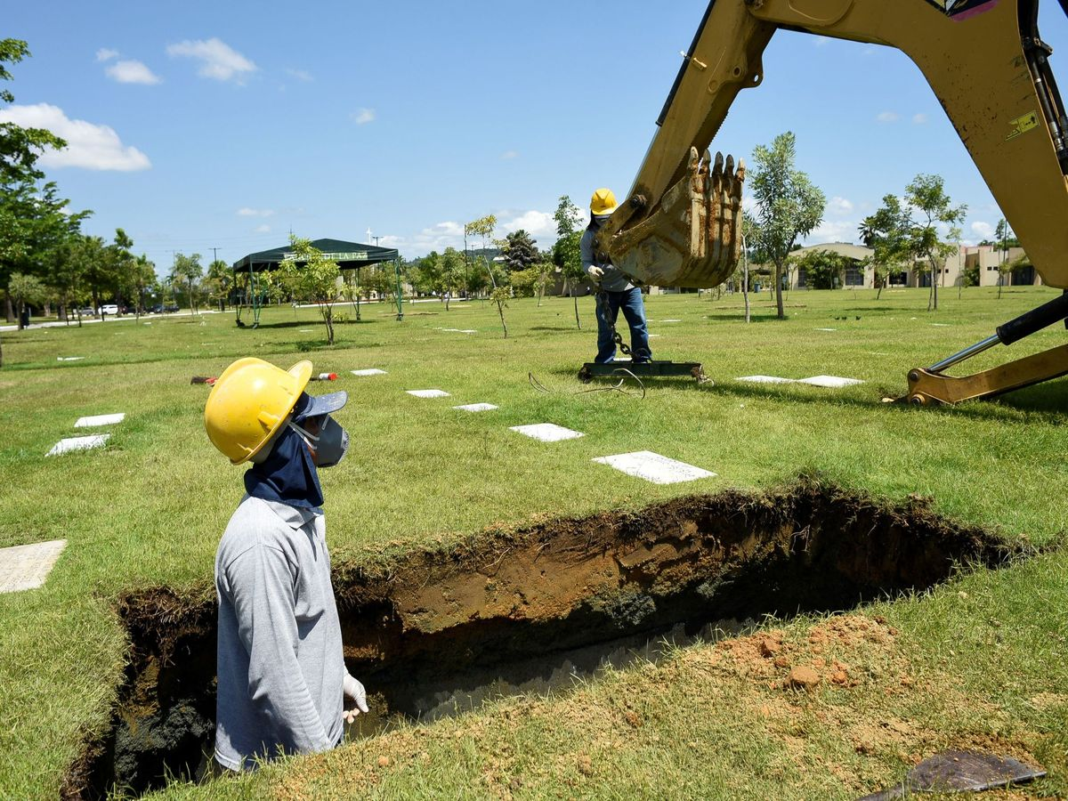 Foto: Trabajadores del cementerio Parque de la Paz, en Ecuador. (EFE)