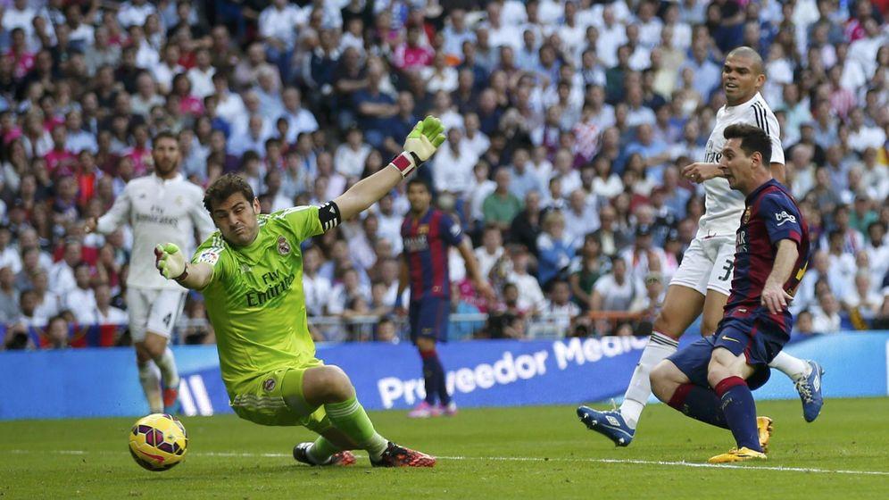 Foto: Messi, ante Casillas en el partido del Bernabéu (Reuters)