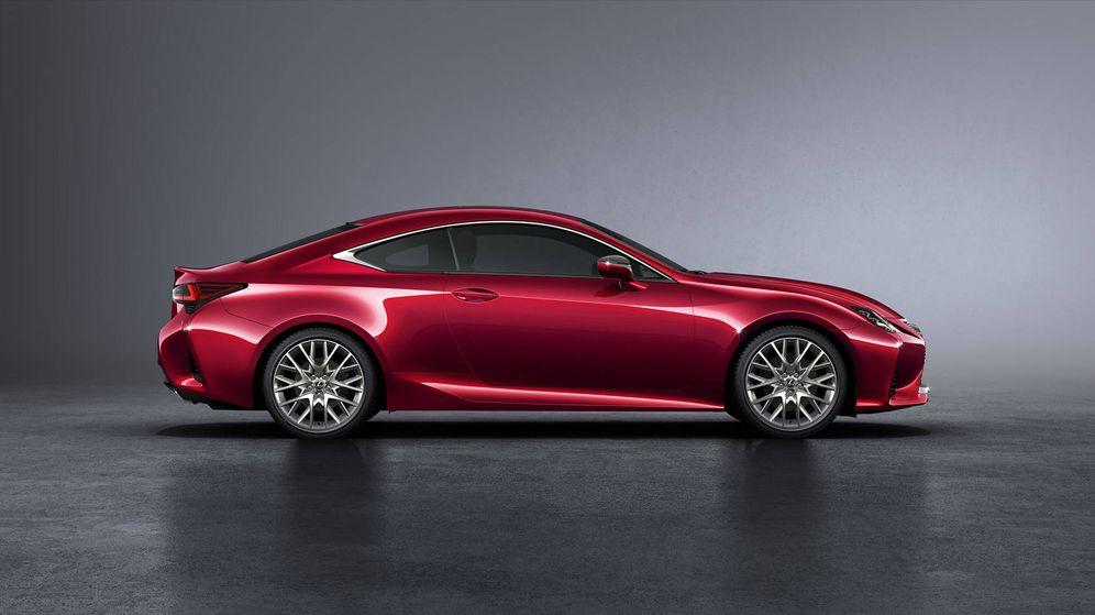 Foto: El nuevo Lexus RC300h es aun más llamativo que su antecesor, sobre todo en este color rojo metalizado.