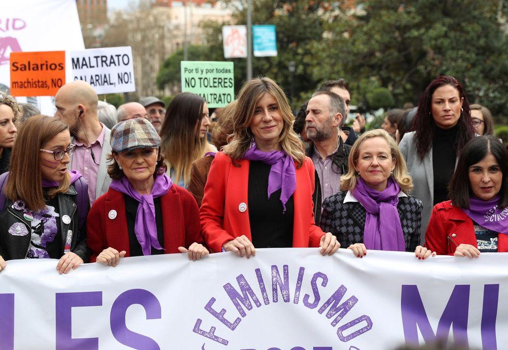 Foto: Carmen Calvo, Begoña Gómez, Nadia Calviño y Carolina Darias, en la manifestación del 8-M en Madrid. (EFE)