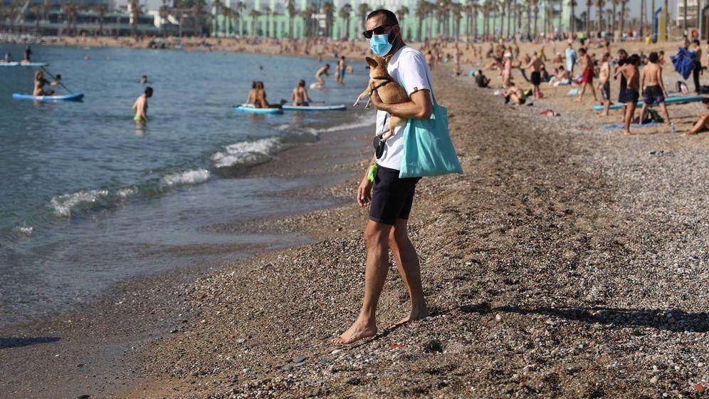 Foto: Un hombre con mascarilla en la plaza de la Barceloneta. (Reuters/Nacho Doce)