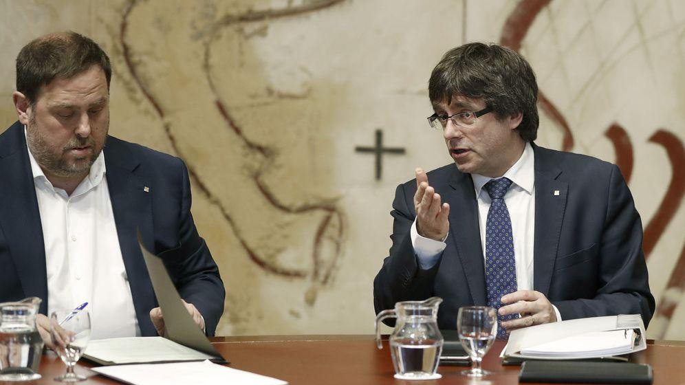 Foto: El presidente de la Generalitat, Carles Puigdemont, habla con el vicepresidente, Oriol Junqueras. (EFE)