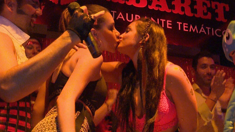 Elettra y Karime se besan en 'MTV Super Shore 2'. (MTV)