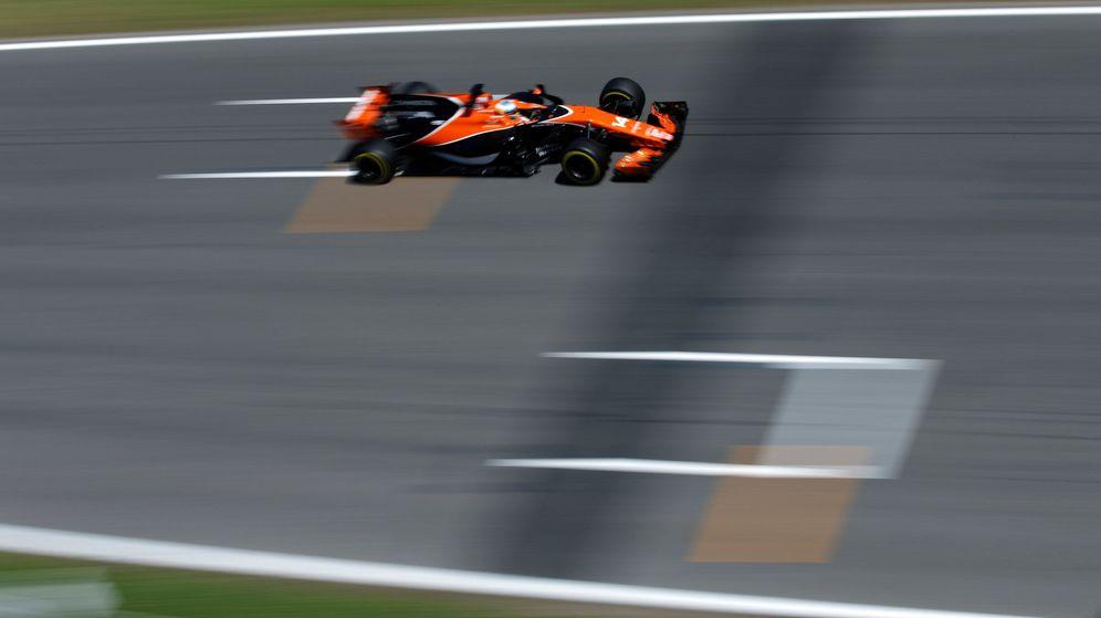 Foto: Alonso, sobre el Circuit de Barcelona-Catalunya. (EFE)