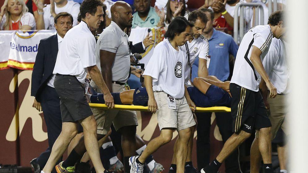 Foto: Marco Asensio, saliendo en camilla tras su grave lesión. (Reuters)