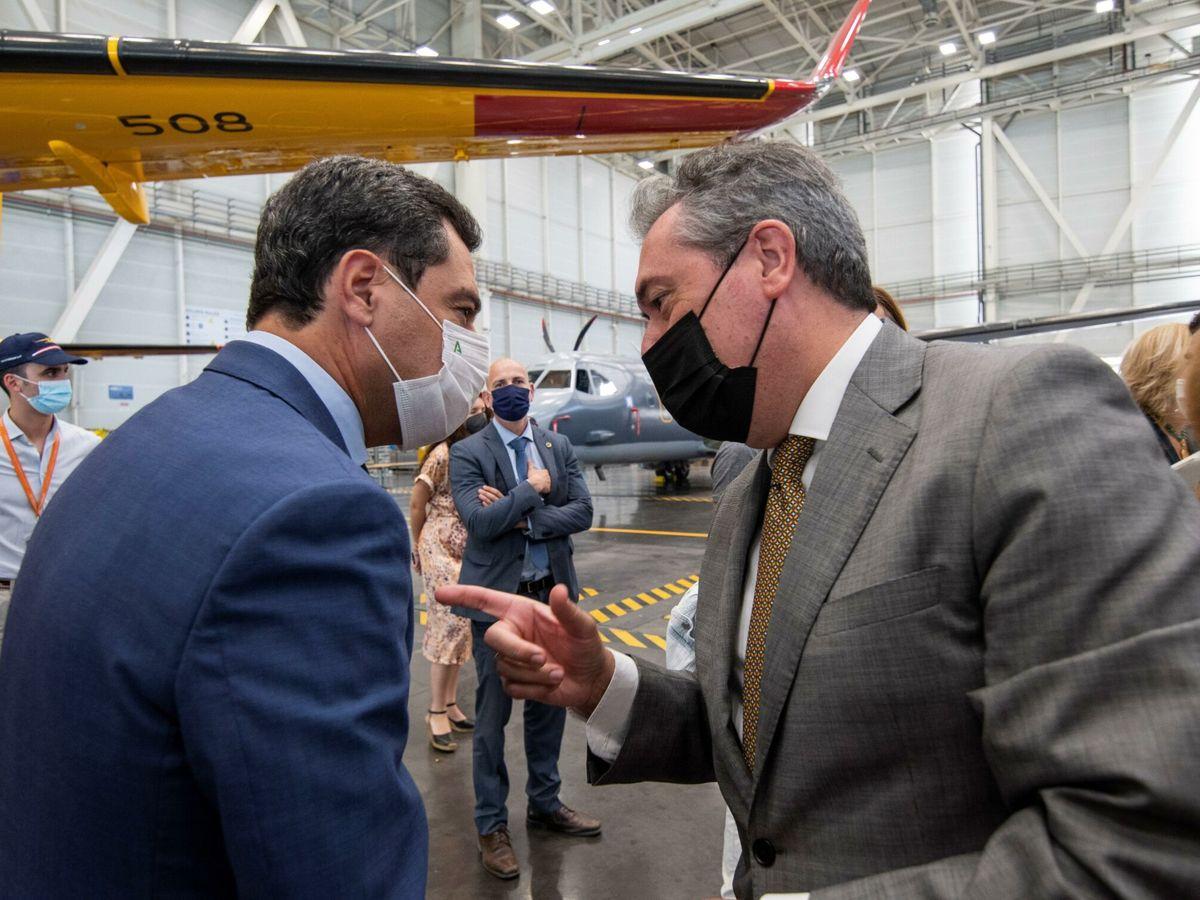 Foto: El presidente de la Junta de Andalucía, Juanma Moreno, con Juan Espadas. (EFE)