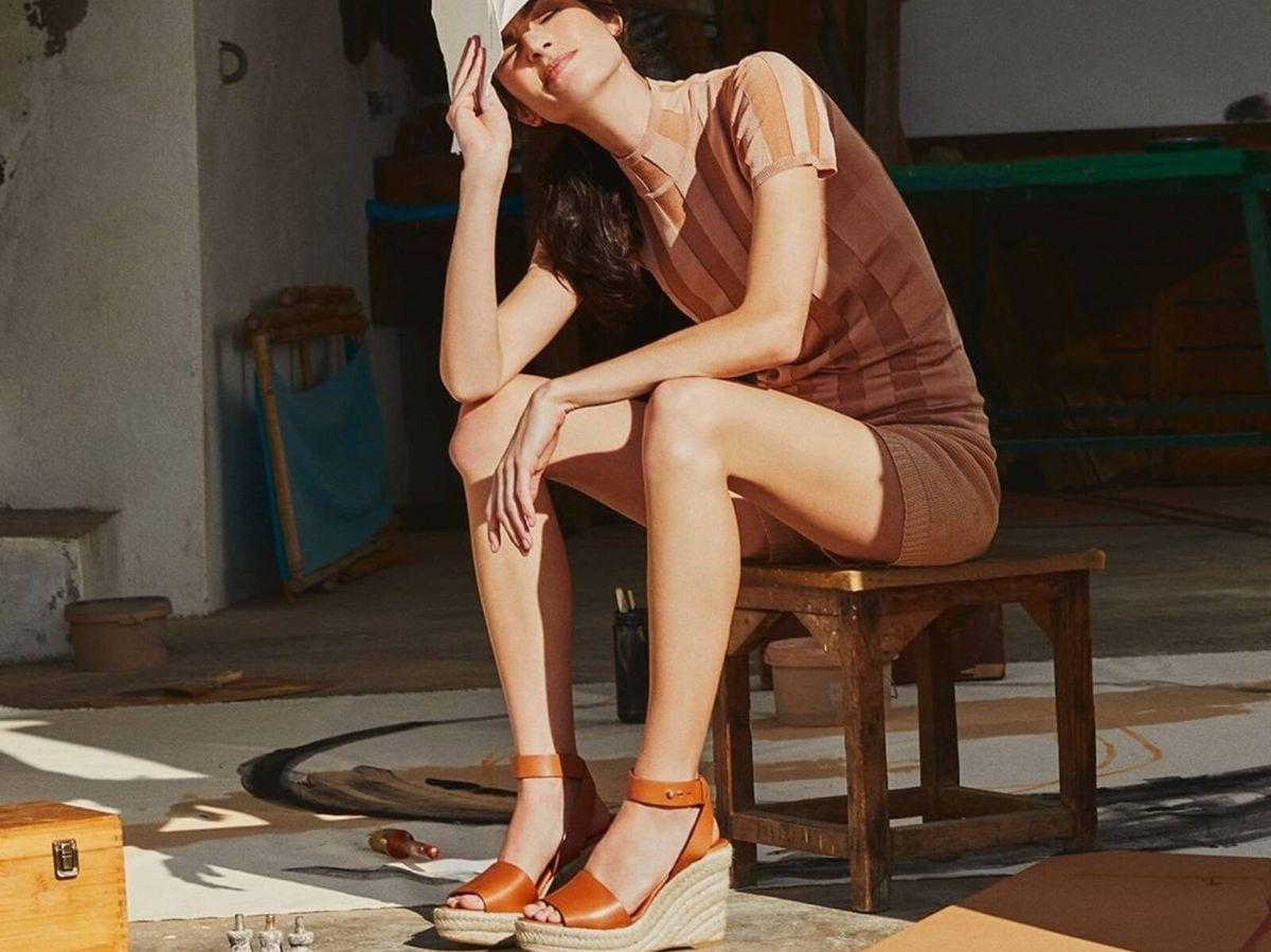 Foto: Sandalias con cuñas para incluir en tus estilismos de verano. (Instagram @castaner)