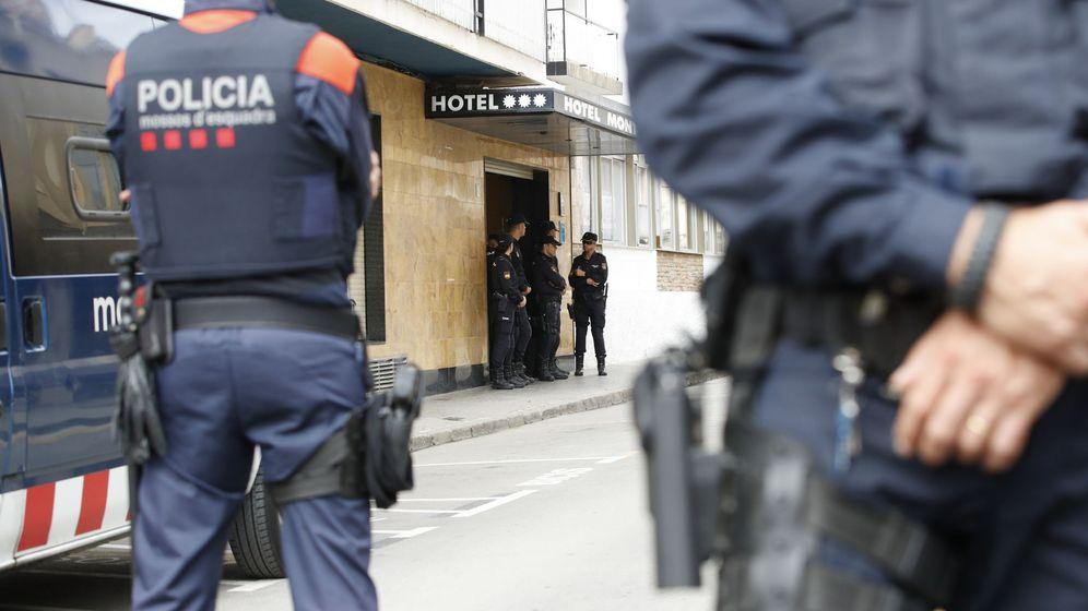 Foto: Miembros de los Mossos d'Esquadra custodian los hoteles donde se hospedan los policías nacionales desplazados a Cataluña. (EFE)