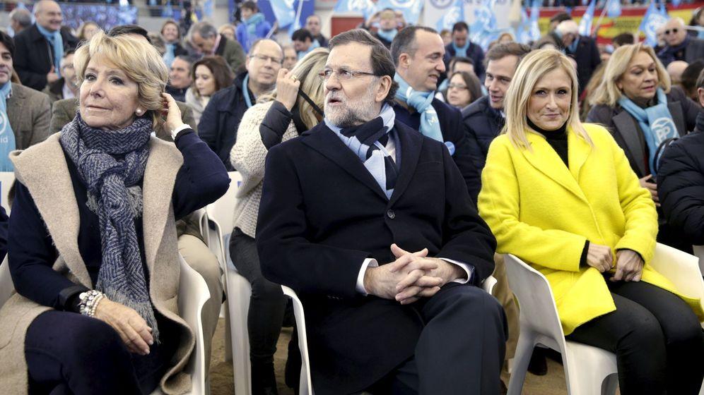 Foto: El presidente del Gobierno, Mariano Rajoy, entre Esperanza Aguirre y Cristina Cifuentes, en 2015. (Reuters)