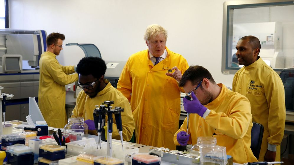 Foto: Boris Johnson en un laboratorio en el norte de Londres. (Reuters)