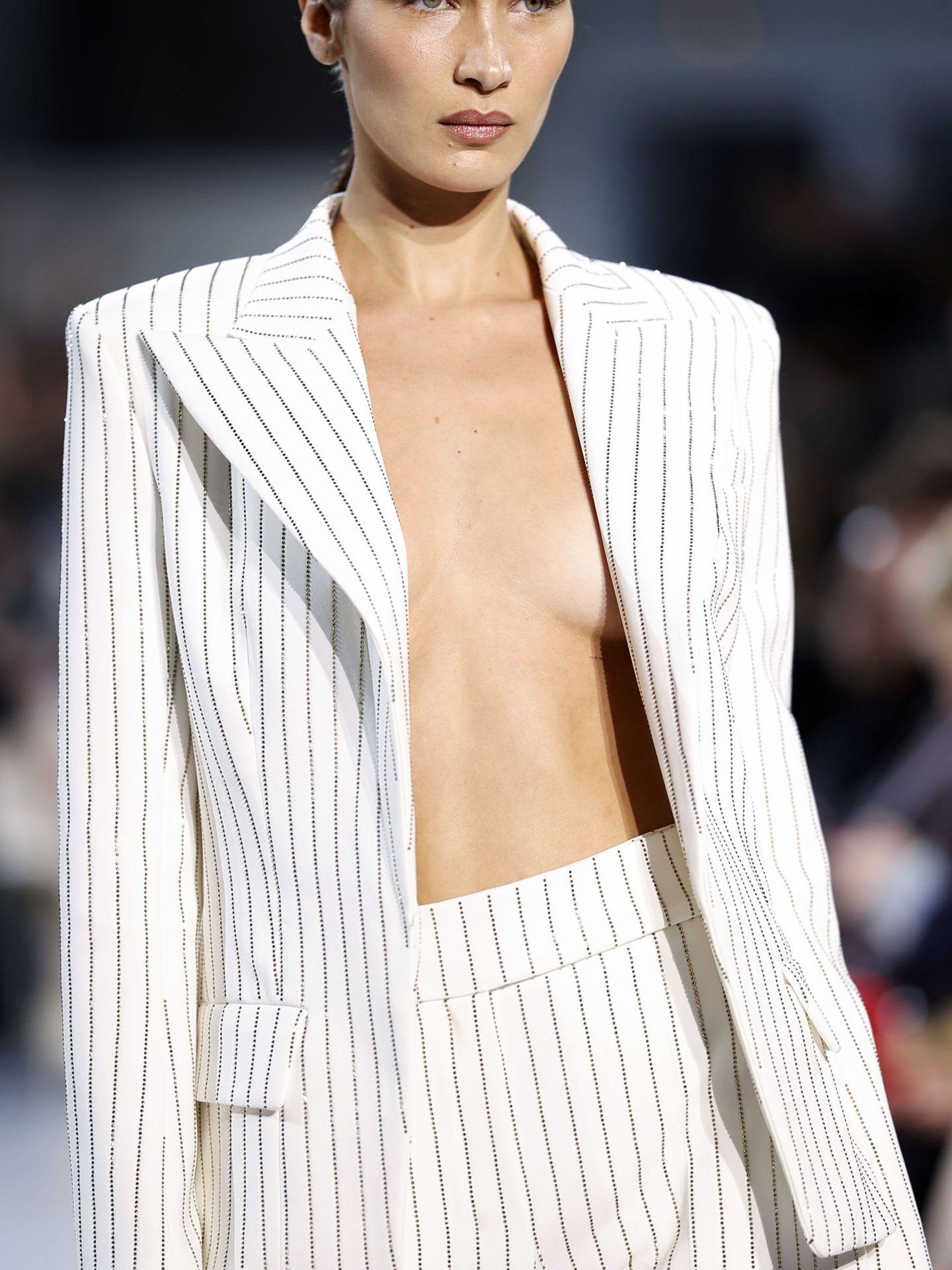 Bella Hadid y sus ojeras bajo control en la Semana de la Moda de París. (EFE)