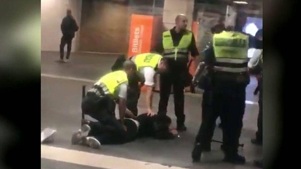 Foto: Vigilantes de Renfe en Barcelona apalean a un hombre marroquí que viajaba sin billete. / TWITTER SOS RACISME CAT