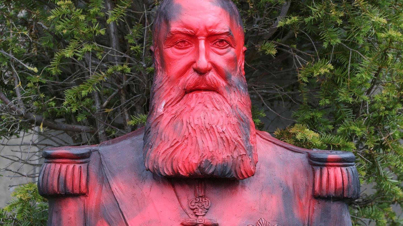 Los destrozos que ha sufrido la estatua de Leopoldo II en Bruselas. (Reuters)