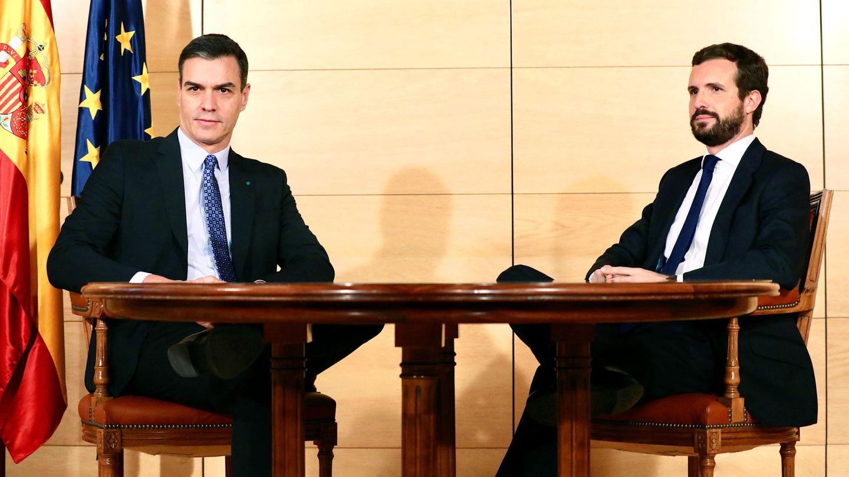 Pedro Sánchez y Pablo Casado, reunidos este lunes en el Congreso. (Reuters)