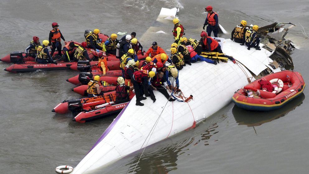 Un avión con 58 ocupantes cae en un río de Taiwán: hay 23 fallecidos y varios heridos