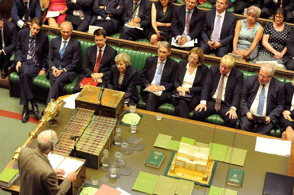 Foto: Theresa May escucha durante una sesión de preguntas en la Cámara de los Comunes, el 20 de julio de 2016 (Reuters)