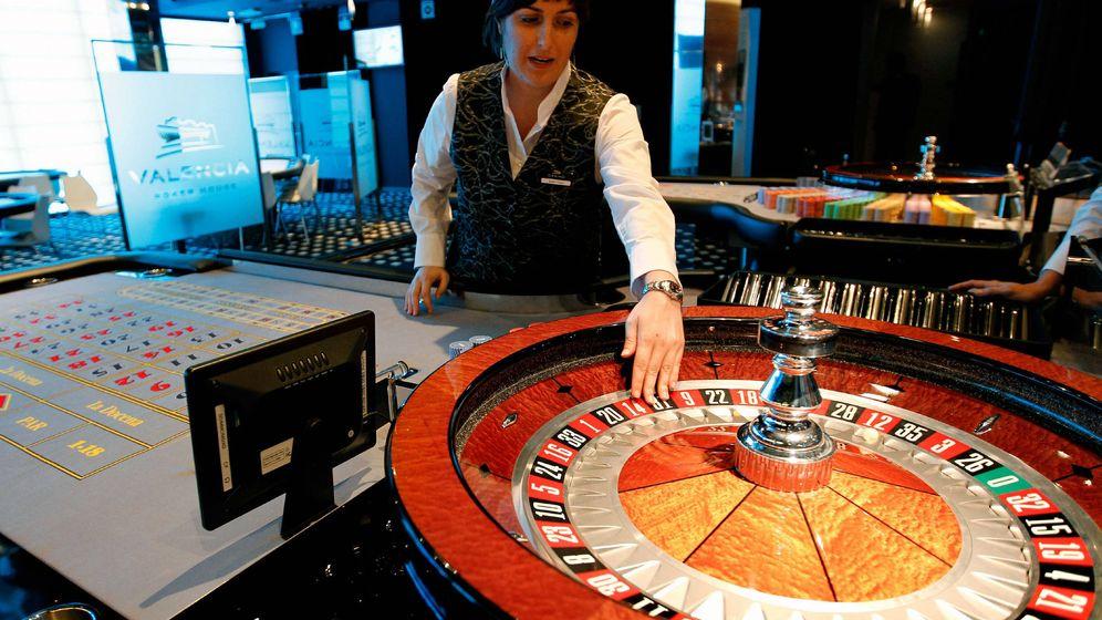 Foto: Una crupier prepara las ruletas del casino Cirsa de Valencia. (EFE)