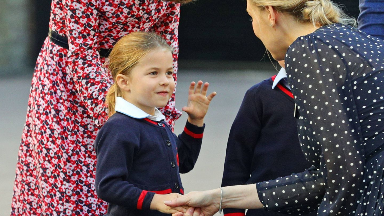 Kate Middleton, junto a la princesa Charlotte a su llegada al centro escolar.  (Getty)