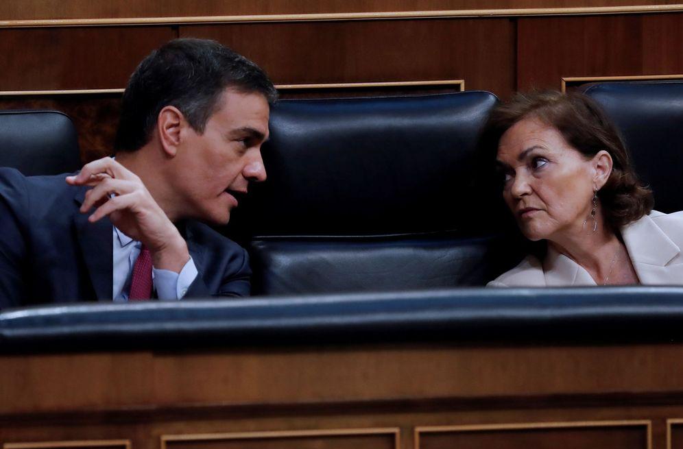 Foto: Pedro Sánchez y la vicepresidenta primera, Carmen Calvo, este 22 de julio en el pleno del Congreso. (EFE)