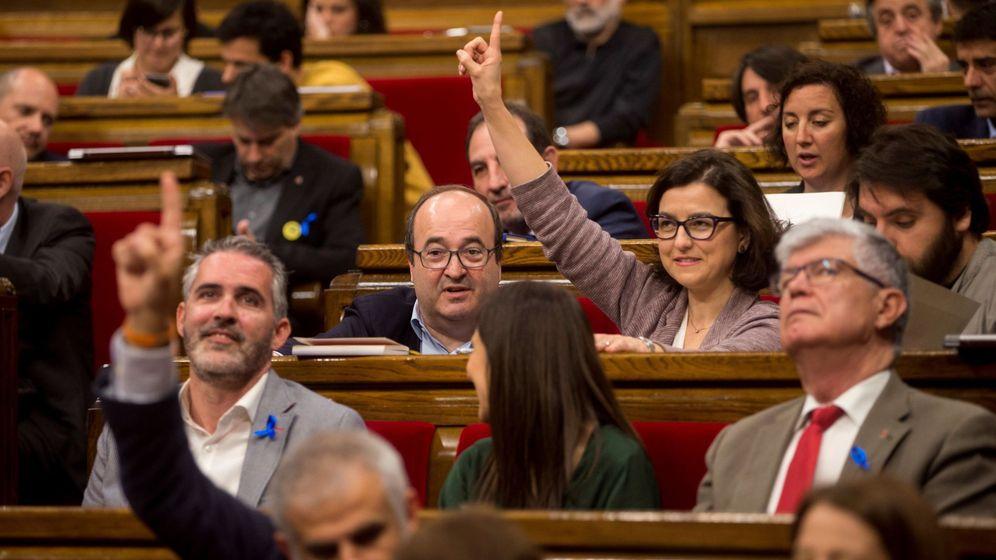 Foto: El primer secretario del PSC Miquel Iceta (i) y la portavoz del grupo socialista, Eva Granados (c), durante el pleno del Parlament convocado el jueves en el que se votó una moción. (EFE)