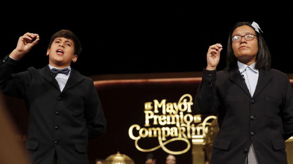 Foto: Los niños de San Ildefonso Youssef y Nicol muestran el segundo premio, dotado con 1.250.000 euros a la serie (Efe).