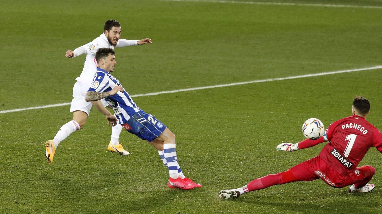 Hazard cruza el balón ante la salida de Pacheco. (Efe)