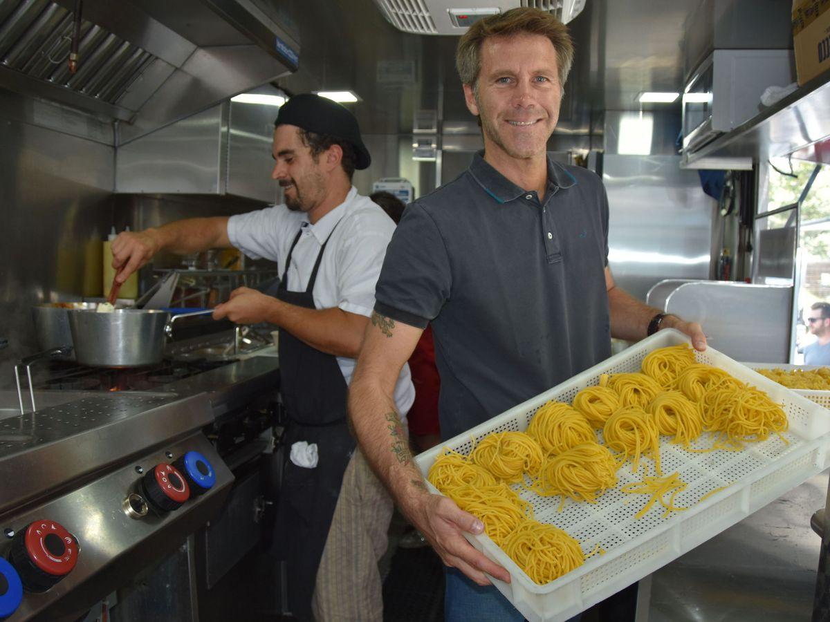 Foto: Emanuele Filiberto de Saboya pone un camión de comida con los sabores de Italia. (EFE)