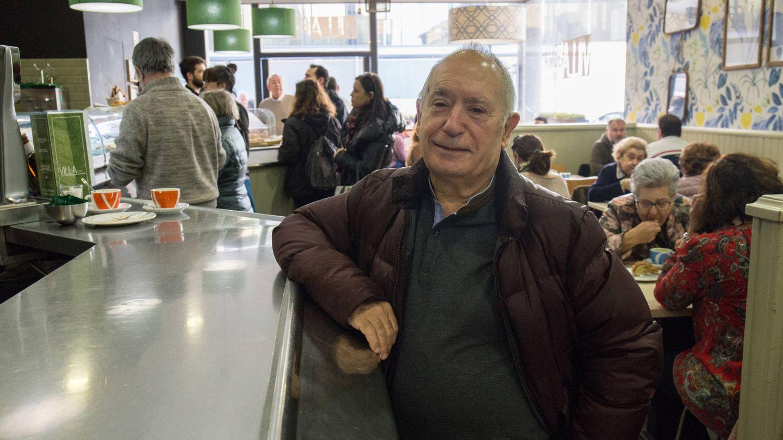 Miguel Ángel Tirado, actor que interpreta a Marianico el Corto, en un bar de su barrio en Zaragoza. (David Brunat)