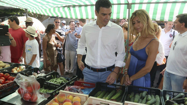 Sánchez y su esposa, en un mercado de Mojácar de vacaciones. (EFE)