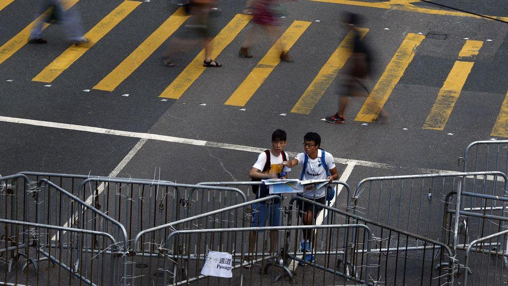 Foto: Dos hombres consultan un mapa junto a una de las barricadas construidas en las protestas de Hong Kong, 2014. (Reuters)