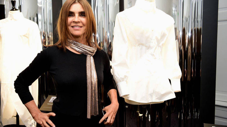 Carine Roitfeld posa junto a su camisa en la exposición. (Getty)