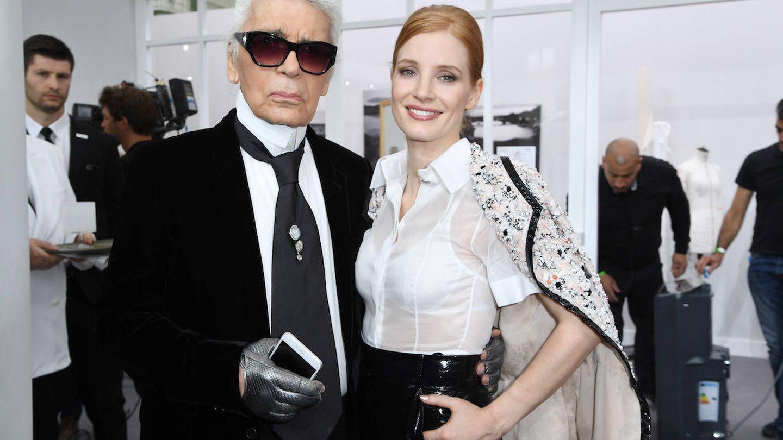 Lagerfeld, acompañado de la actriz Jessica Chastain en la Fashion Week de París. (Getty)