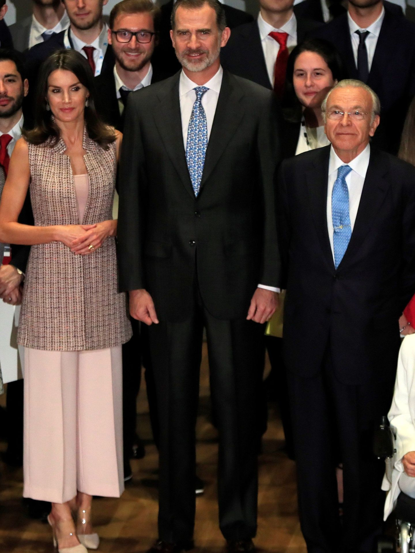 Los reyes Felipe y Letizia (con el chaleco de Zara) en un acto en Madrid. (EFE)