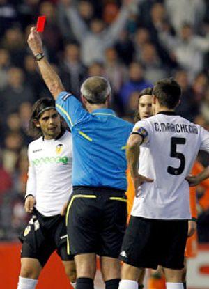 El Valencia saca un empate en Mestalla jugando con diez