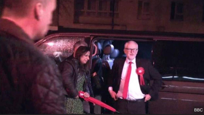 Corbyn llega al recuento en su circunscripción. (BBC)